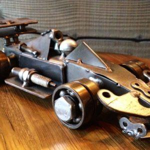 Sculpture imitative d'une voiture de course automobile