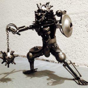 Moyenne sculpture imitative d'un guerrier de métal.